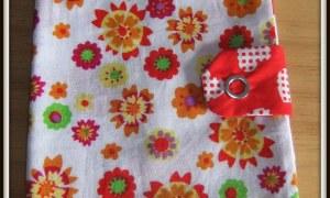 Protège chéquier blanc à fleurs multicolores