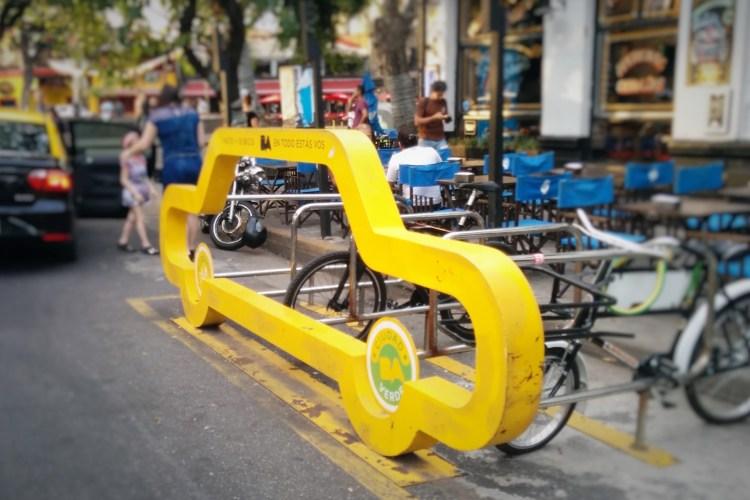 Plus de pistes cyclables, davantage d'équipements pour entretenir son vélo ou se garer, à l'image de cette station à Buenos Aires : le budget participatif donne l'opportunité d'exprimer ces aspirations. Photo : DR