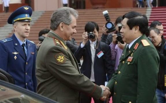 Poignée de main entre Sergei Shoigu ministre russe de la défense et son homologue vietnamien Phung Quang devant le ministère de la défense à Hanoï en 2013