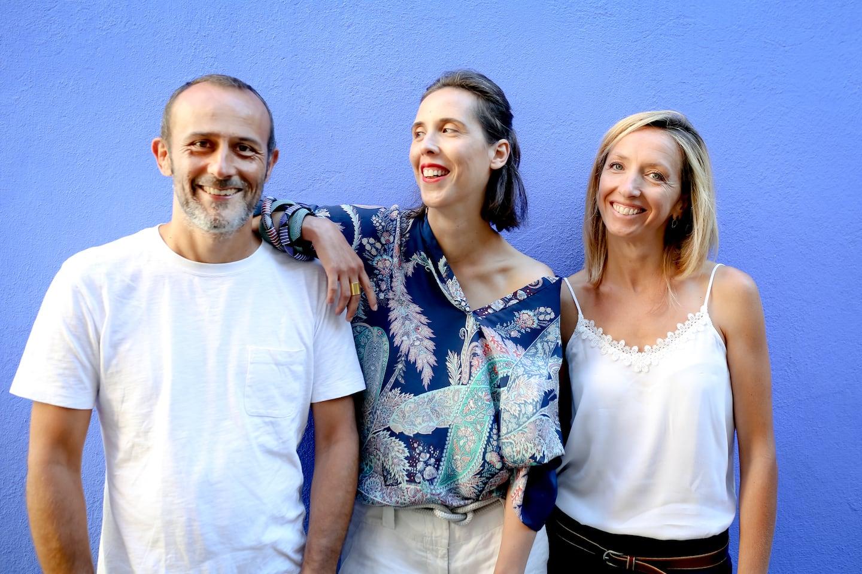 Le trio Gaëlle, Colombe et Laurent sur fond bleu