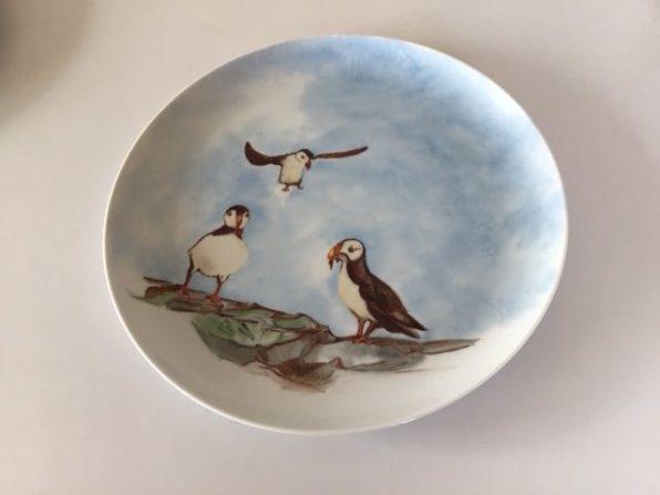 La rencontre des trois macareux. Assiette porcelaine peinte à la main. Pièce unique. Création 2019.