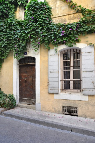 Porte fleurie dans les rues d'Arles