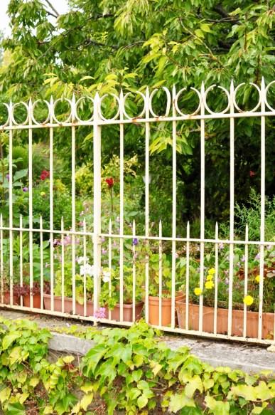 Le jardin derrière la grille à Giverny