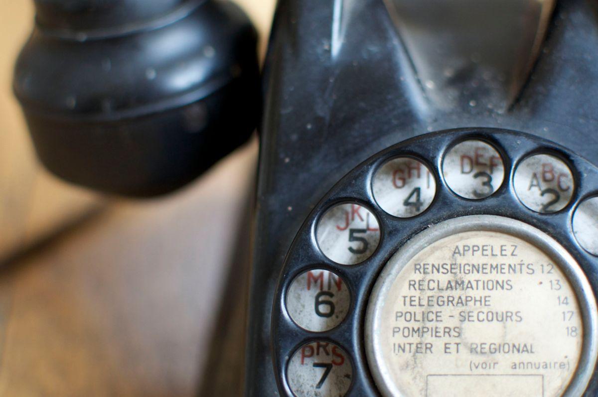 Un vieux téléphone chiné en brocante