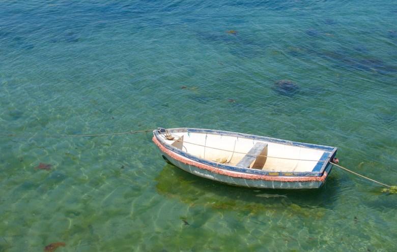 Un petit bateau dans le port de Roscoff