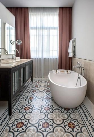 Salle de bain avec des carreaux de ciment