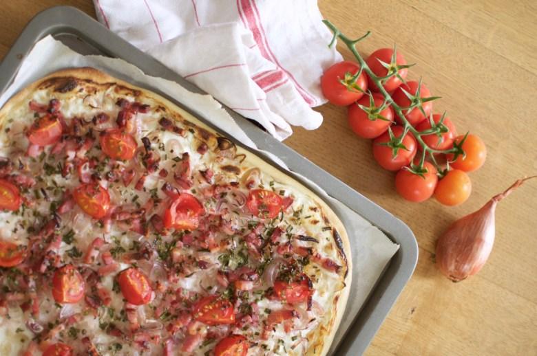 Tarte flambée à l'échalote, aux lardons et aux tomates cerise