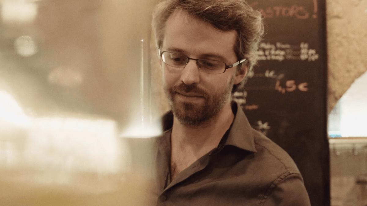 Raphaël Serveur Animateur au bar à Jeux les Castors servant une bière