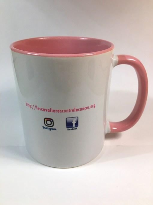 Le mug en céramique aux couleurs de l'association Les Cavalières contre le Cancer.