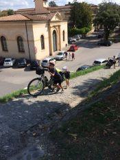 Pas facile de monter sur les remparts de Lucca