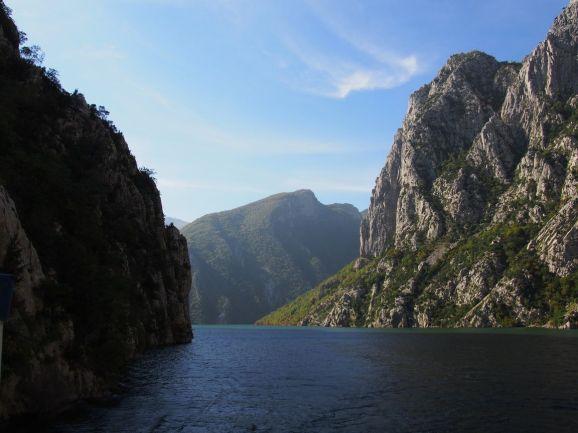 Sur le lac Komani (Albanie)