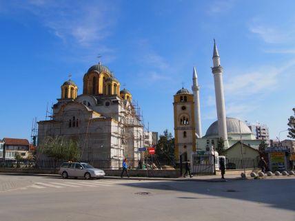 A Ferizaj (Kosovo): mosquée et église dans le même jardin