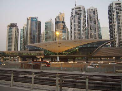 2x 6 voies, Station de metro et gratte-ciels