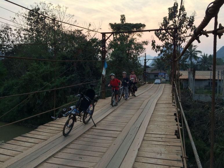 Pont typique sur les routes laotiennes
