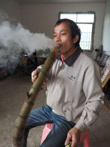 On fume le tabac à la pipe de bambou par ici