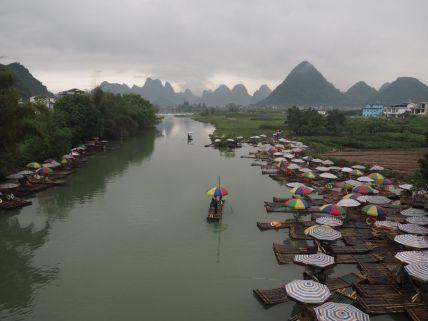 Les bateaux bambous sur la rivière Yulong