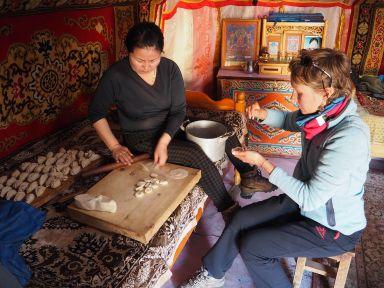 Avec Oyouna, fabrication de raviolis au mouton