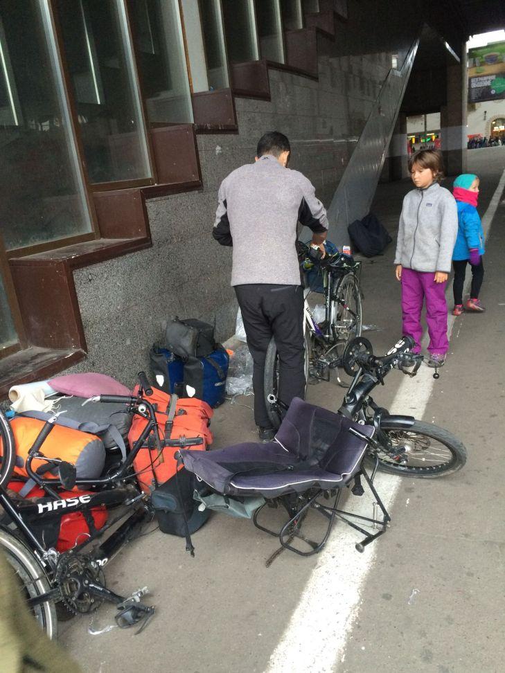 Remontage des vélos sur le quai de la gare de Moscou
