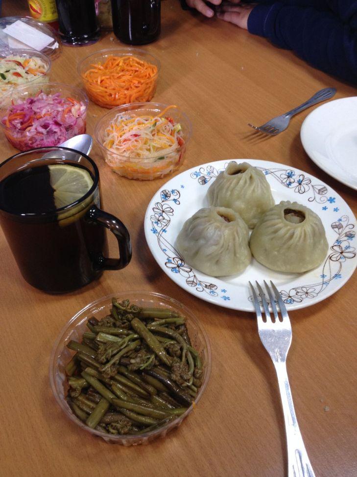 Repas typique bouriate avec les raviolis à la viande de mouton