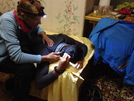 C'est le grand soir, Géraldine retire les fils de suture sur la tête d'Antoine