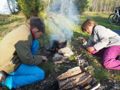 Les enfants maitrisent bien la cuisson au feu de bois