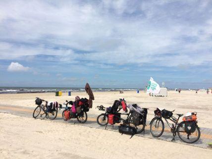 Pause picnic sur la magnifique plage de sable blanc de Jurmala