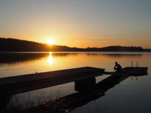 Vaisselle dans notre évier géant au coucher du soleil
