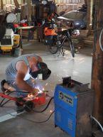Un garage au bord de la route et le tour est joué pour réparer le pédalier de Joseph!