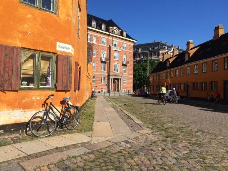 Quartier de Nyboder : jaune scandinave des maisons, vélo garé juste devant et bougies aux fenêtres
