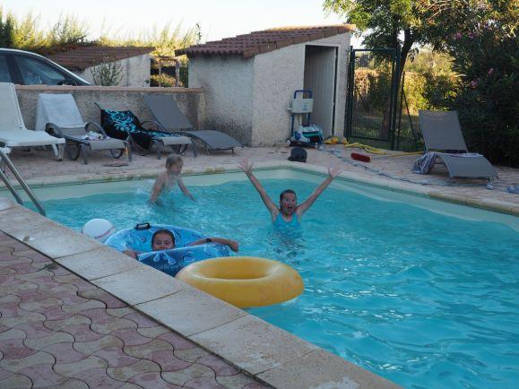 Youpi! Des copains, une piscine, ça c'est les vacances!