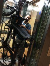Il y a toujours une solution pour monter les vélos avec les ascenseurs !