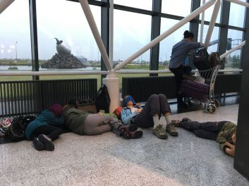 Le vol de nuit fut trop court, nous terminons la nuit dans l'aéroport de Keflavik
