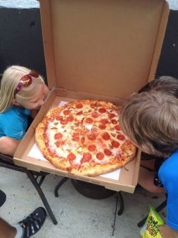 Pizza peperonni géante, pas facile à terminer ...