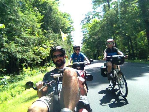La route est fatiguante mais superbe dans la forêt des Adirondacks