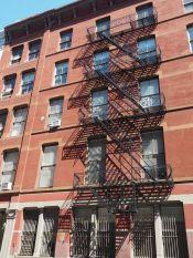 Sans ces escaliers de secours, New York ne serait pas vraiment New York non ? On aurait envie de voir un bandit les dévaler quatre à quatre avec un ou deux cops aux trousses...
