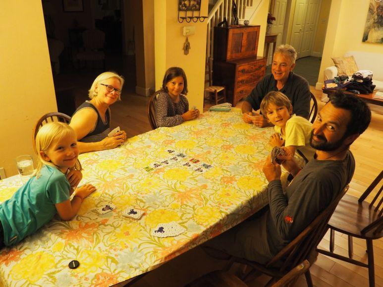 """En échange, le soir, nous les initions au jeu du """"6 qui prend"""" (Merci Nathalie et les Toulousains pour le cadeau)"""
