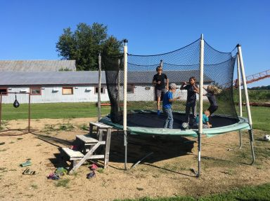 Partie de trampolines avec les enfants