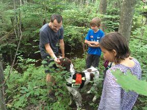 Démonstration de sauvetage en forêt avec un maître chien