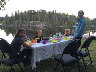 Filet d'orignal et son verre de vin avec vue sur le lac !