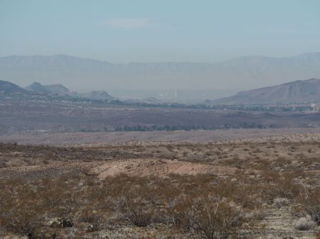 Las Végas au fond, perdu dans le désert, dans son smog ...