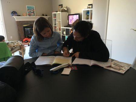 Au matin, Ivgen offre une leçon d'anglais à Inès