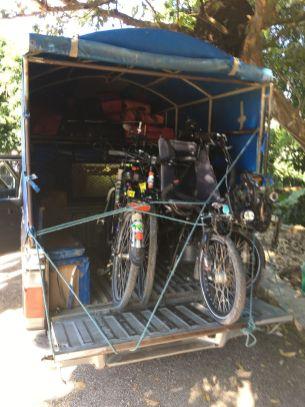 et nous embarquons les vélos en pick-up