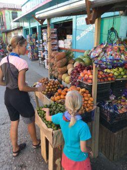 Passage au marché, premiers achats en Quetzal