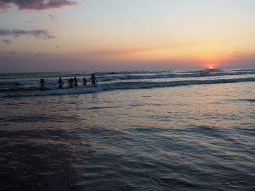 accompagnée jusque dans les vagues