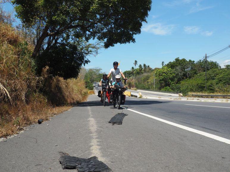 le jeu sur la route: éviter les bouts de pneus