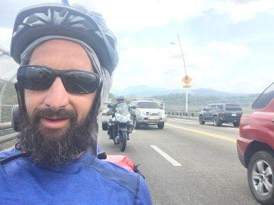 Escorté par un motard qui nous protège de la circulation