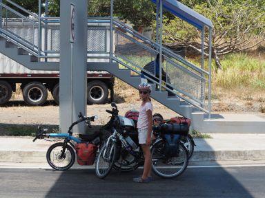 Un peu d'ombre, sous un pont pour piéton,nous en profitons.