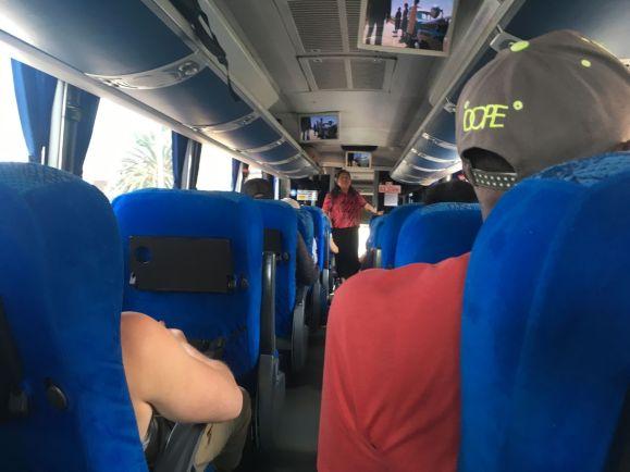Départ du bus, une passagère décide de faire un prêche pour tout le monde