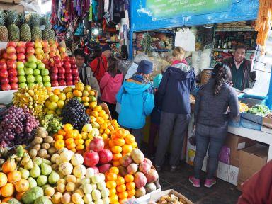 Dans les marchés, nous découvrons aussi la nourriture locale
