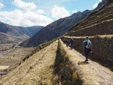 du haut du site nous redescendons dans des paysages sublimes vers le village dans la vallée